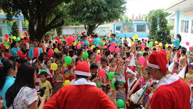 Phát quà Giáng sinh cho hàng trăm trẻ mồ côi ở mái ấm tình thương - ảnh 2